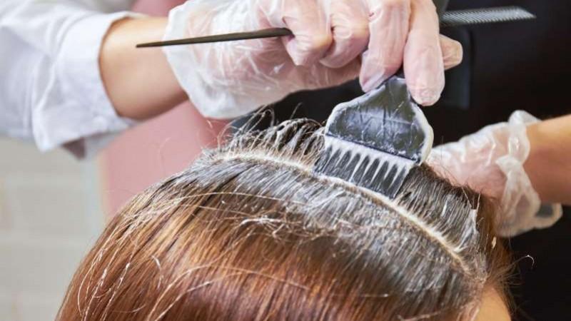 Até porque não existe nada pior do que, depois de pintar o cabelo, ficar com tinta ao redor da cabeça, no pescoço e até mesmo nas mãos