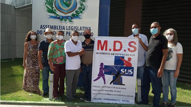 Foram coletadas mais de 3.100 assinaturas de profissionais do SUS no documento, que foi entregue ao deputado Waldemar Borges, presidente da CCLJ da Alepe