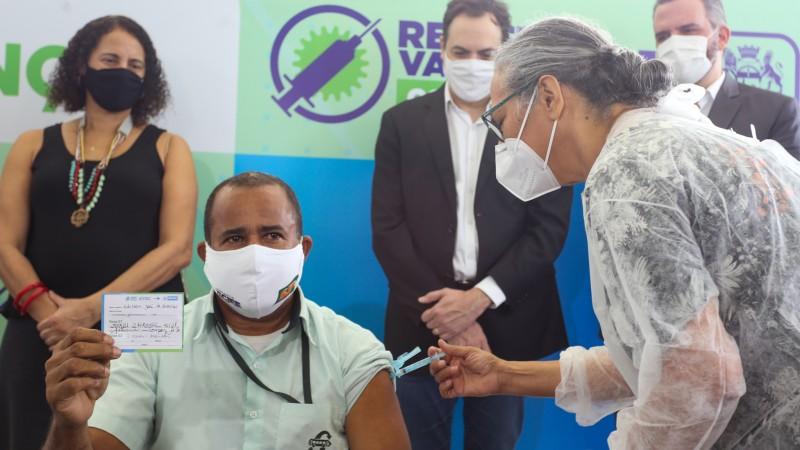 Professora Flávia Costa e o motorista Edilson Araújo foram os primeiros profissionais dessas categorias a receber a vacina da AstraZeneca/Oxford no Recife