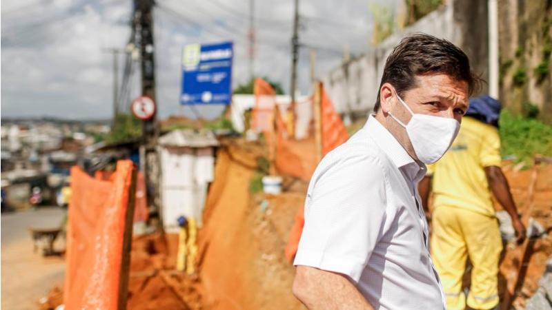 Serviços de calçamento e de rede de drenagem estão sendo realizados na Rua Panelas, na UR-02, Ibura. Também na UR-02, a Praça Todos os Santos passa por reforma. Prefeito Geraldo Julio conferiu o andamento das obras na manhã desta sexta-feira (6)