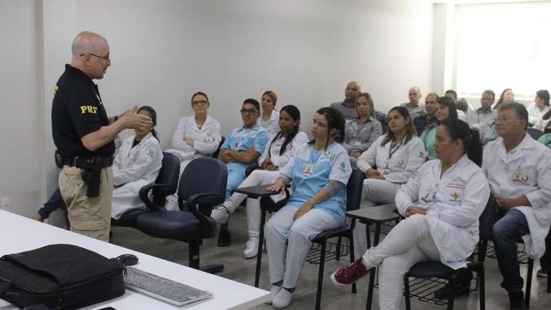 A Comissão de Humanização do Hospital Mestre Vitalino (HMV) realizou na manhã desta quarta (10), uma palestra sobre trânsito seguro com o policial rodoviário Fábio Rego.
