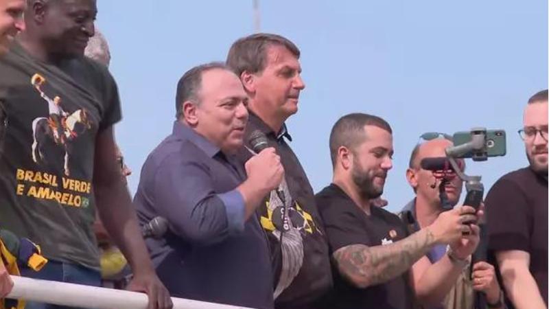 O presidente participou de um ato ilegal no Rio de Janeiro, que contou com a participação do ex-ministro da Saúde