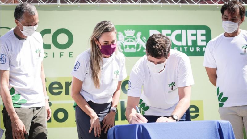 Prefeito João Campos assinou o decreto instituindo o Programa Eco Recife na abertura da Semana de Meio Ambiente. Primeira etapa será eliminar o material no edifício-sede da Prefeitura do Recife