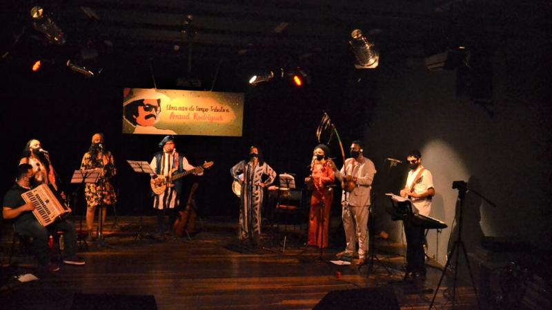 O espetáculo cultural, em homenagem ao ex-multiartista pernambucano, é realizado por um grupo de doze jovens musicistas, filhos de agricultores e trabalhadores da lavoura.