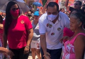 Jorge Federal caminha em clima de festa em Peixinhos