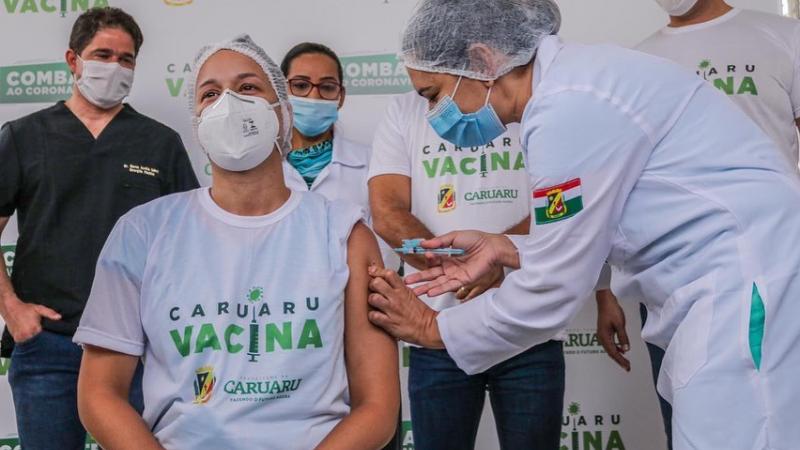 A cidade aplicou a primeira vacina às 9h no Hospital Municipal Manoel Afonso (HMMA)