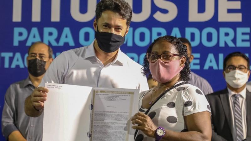 o programa de regularização fundiária do município Agora é Meu, com a meta de entregar 1.585 títulos  de posse e legitimação de imóveis.