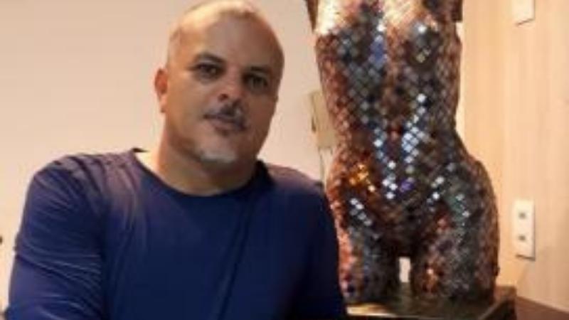 O escritor e artista plástico, que é membro da Academia Cabense de Letras, vem há 5 meses escrevendo o seu mais novo livro: MANUAL PRÁTICO DO CIDADÃO BRASILEIRO – Fiscalize o seu dinheiro