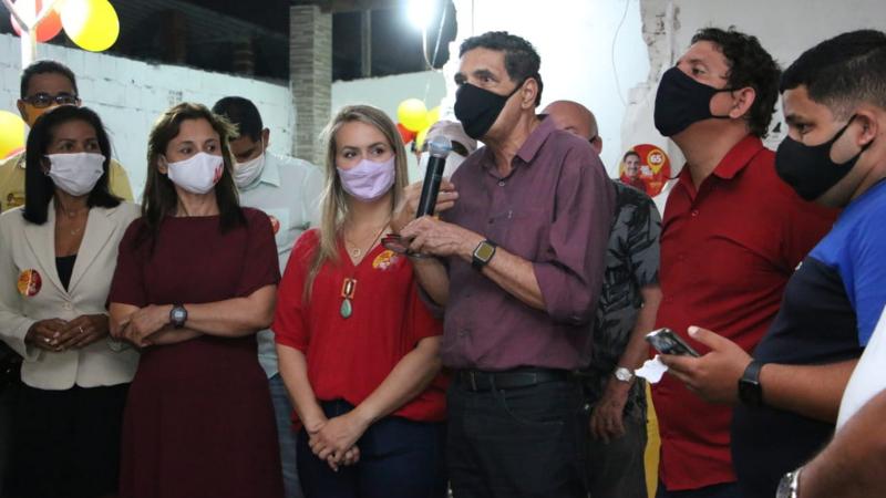 Além dos candidatos a prefeito e a vice, estiveram presentes presidentes do PV, do PcdoB e membros do PDT