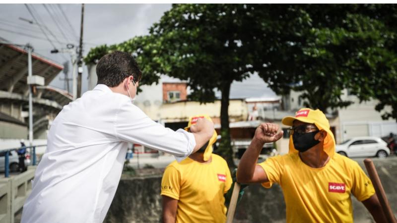 O prefeito acompanhou o início da ação no Canal do Arruda na manhã desta segunda (11). Investimento para a limpeza dos 99 canais que cortam o Recife será de R$ 7 milhões
