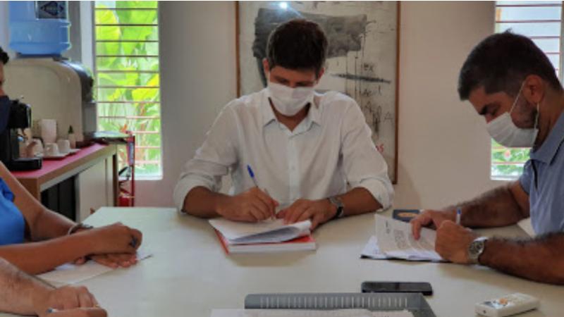 Nesta segunda-feira, prefeiturável assinou duas cartas se comprometendo com o objetivo de auxiliar no desenvolvimento da capital pernambucana