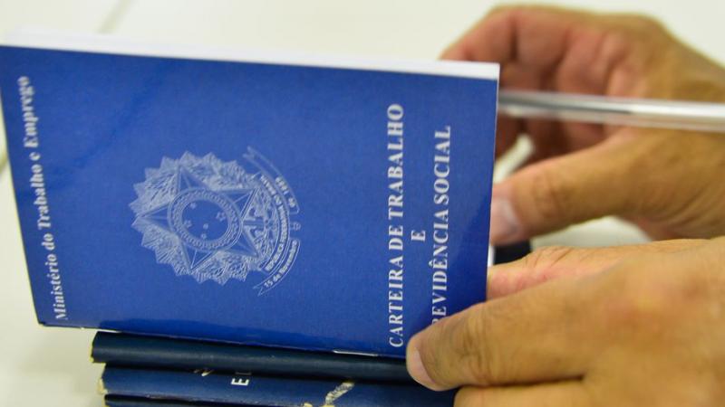 Total de pessoas com carteira assinada caiu 2,6%