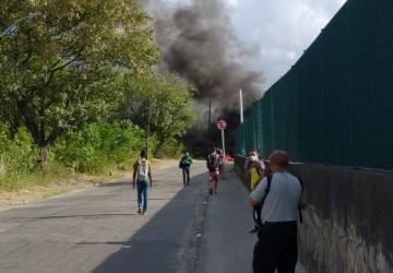 Protesto impede a saída de ônibus do TI Barro, no Recife
