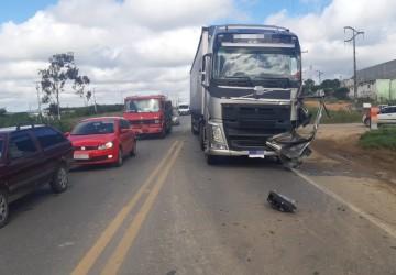 Motorista fica ferido em acidente entre carretas em Pesqueira