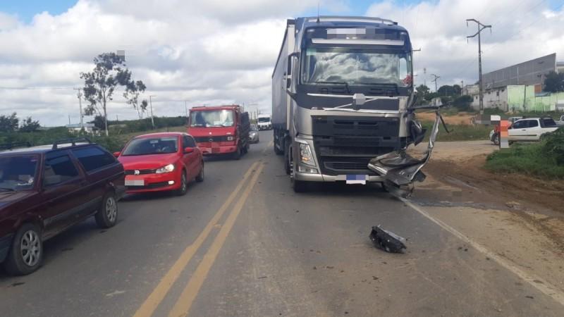 O motorista tentou ultrapassar uma outra carreta, com carga de móveis segundo a PRF