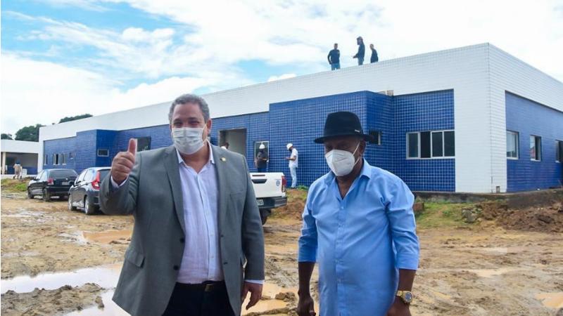 O preseidente da Alepe esteve com o prefeito Manoel Botafogo acompanhando a evolução da obra.