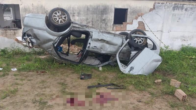 De acordo com a Polícia Rodoviária Federal, o caso ocorreu após o motorista do carro perder o controle do veículo