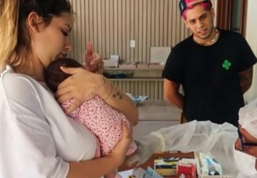 Virginia e Zé Felipe, casal mostra a filha Maria Alice fazendo teste do pezinho em casa