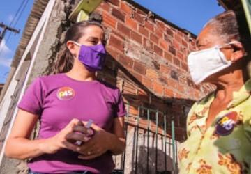 Raquel conversa com trabalhadores no Distrito Industrial de Caruaru