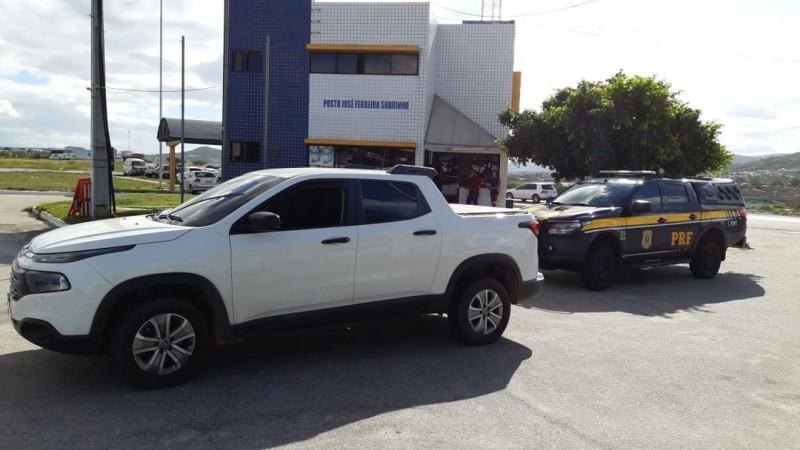 Agentes da PRF realizavam uma fiscalização quando deram ordem da parada ao veículo. Após verificação, constataram que a caminhonete havia sido roubada em junho de 2018, no Recife