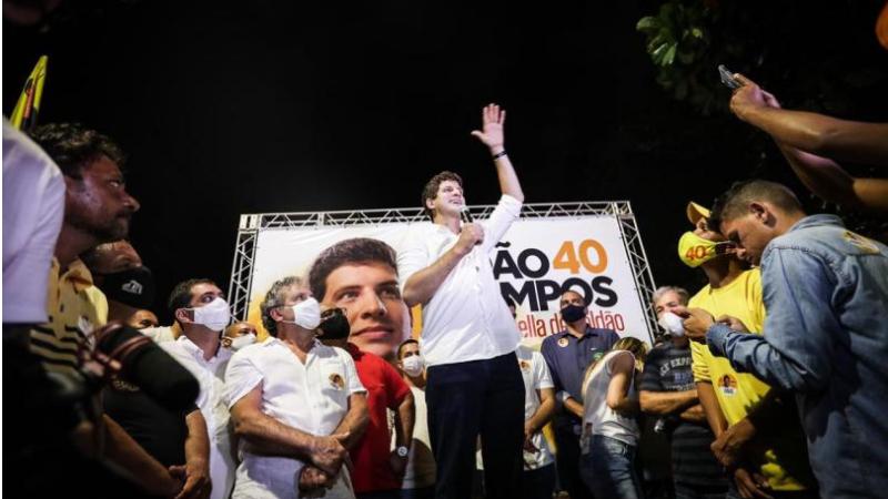 Campos estava acompanhado da candidata a vice, Isabella de Roldão, e de diversos candidatos a vereador e foi bastante cumprimentado com fotos e abraços de eleitores