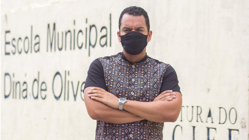 Para marcar o Dia do Pedagogo, a Secretaria de Educação do Recife conta a história exitosa do professor Givanilson Soares, que coleciona milhares de seguidores nas redes com dicas de tutoriais de brinquedos, contação de histórias e vídeo-aulas