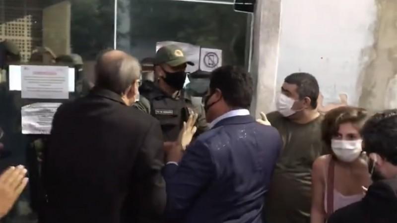 A menina, que estava na 22º semana de gestação, foi recebida com protestos. Políticos e representantes de entidades da sociedade civil causaram tumulto e aglomeração em frente ao CISAM.