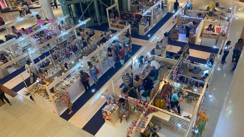 Com mais de 30 expositores voltados à arte pernambucana, a feira reúne artigos de decoração, moda, gastronomia, saúde e bem-estar, entre outros, com acesso gratuito no RioMar Recife