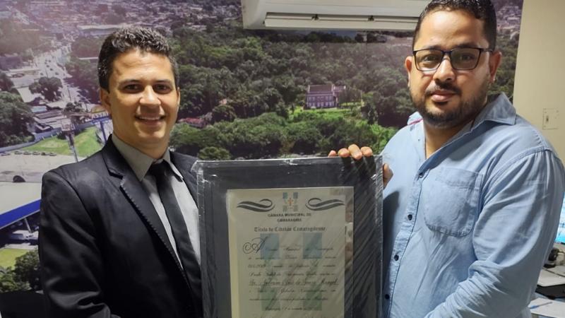 Nascido no Recife, mas vivendo em Camaragibe desde os 03 anos de idade, o jovem bacharel em direito recebeu a placa hoje (29) das mãos do Vereador Paulo André
