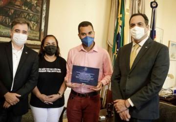 Paulo Câmara recebe Gil do Vigor, ex-estudante da rede estadual de ensino e defensor da educação pública