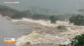 Barragem transborda e causa inundação