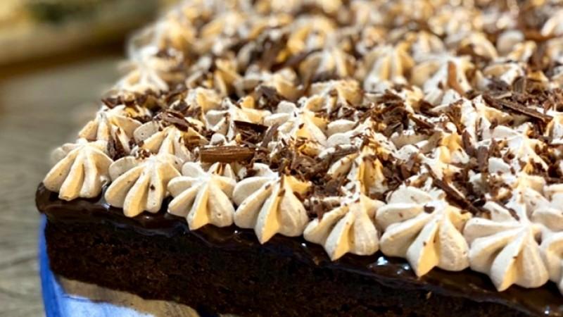 Com ingredientes simples e de fácil preparo, esse bolo, ao invés de uma camada de recheio, tem vários furinhos preenchidos com creme de chocolate, o que o deixa ainda mais gostoso e molhadinho.