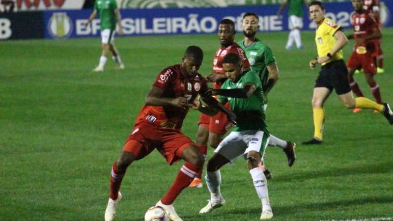 Apesar de um primeiro tempo truncado, o Náutico vira pra cima do Guarani, e conquista sua primeira vitória na Série B.