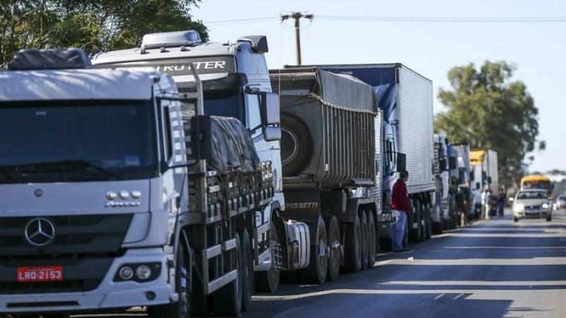Nesta segunda-feira (22), caminhoneiros realizaram protesto na BR-101, em Jaboatão dos Guararapes, no Grande Recife