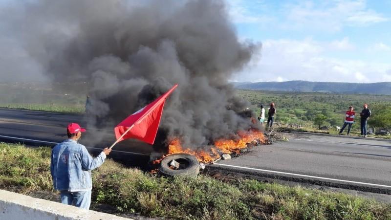 De acordo com a Polícia Rodoviária Federal, nenhum manifestante informou o motivo do protesto. O grupo ateou fogo em pneus dos dois lados das rodovias