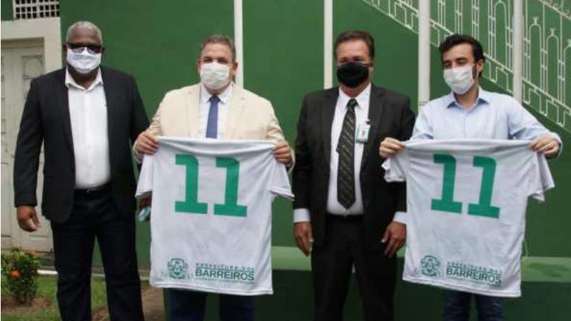 Ao lado do prefeito, Carlinhos da Pedreira, do vice-prefeito, João Marreca, e do presidente da Alepe Eriberto Medeiros, Lula acompanhou o hasteamento das bandeiras, missa e carreata