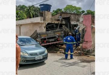 Caminhão bate num poste e invade casa em Jaboatão