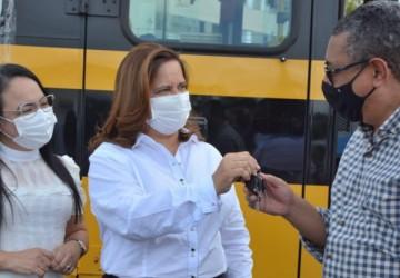 Ipojuca: Célia Sales entrega nove ônibus novos para transporte escolar