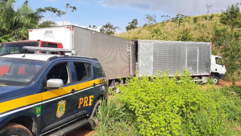Policiais chegaram no momento em que a carga era transferida para outro veículo