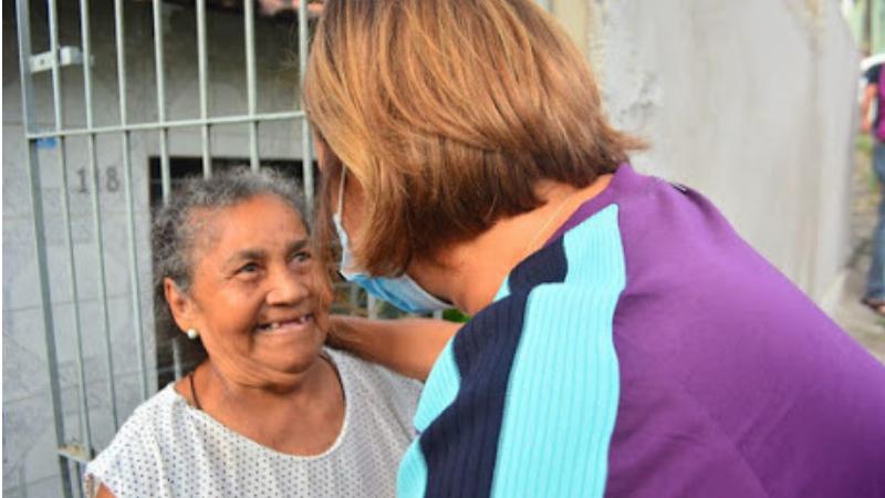 O compromisso foi firmado pela prefeita no bairro Areeiro em mais uma grande caminhada