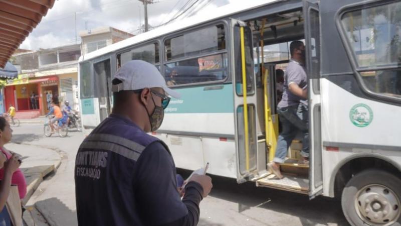 Na ação de fiscalização, os agentes de trânsito entraram nos veículos públicos, informaram sobre a obrigatoriedade do uso da máscara e orientaram os motoristas e cobradores para que exijam o uso delas pelos passageiros.