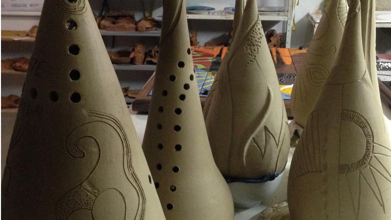 Artesãos, aderecistas e moradores das comunidades de Ilha de Deus, Bomba do Hemetério, Totó e Quilombo da Xambá foram convidados para participar de uma capacitação em cerâmica artística