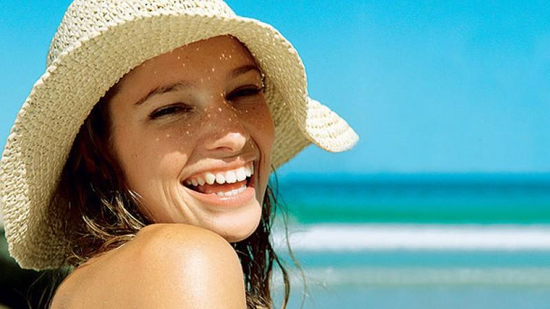 Além se de preocupar com a pele, é importante também  proteger os fios dos raios solares