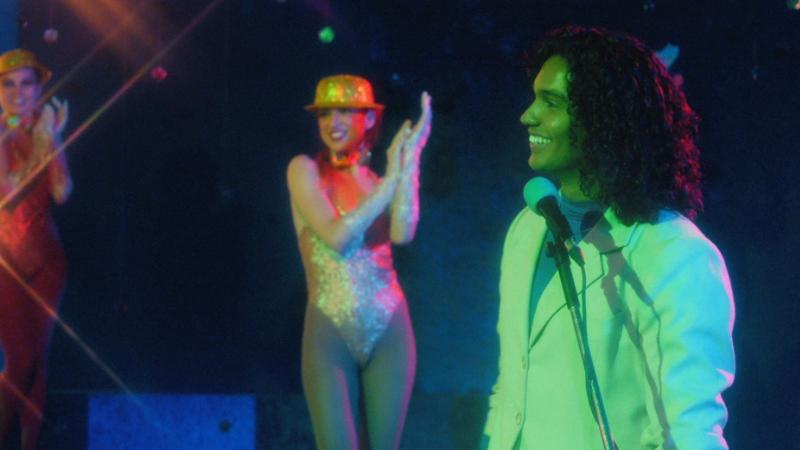 Atração tem como pano de fundo os bastidores da indústria fonográfica brasileira dos anos 1980 O episódio 2, que vai ar nesta sexta-feira, aborda os falsos gringos da indústria musical brasileira