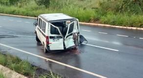 Passageiros são arremessados de van após acidente em Palmares; um morreu