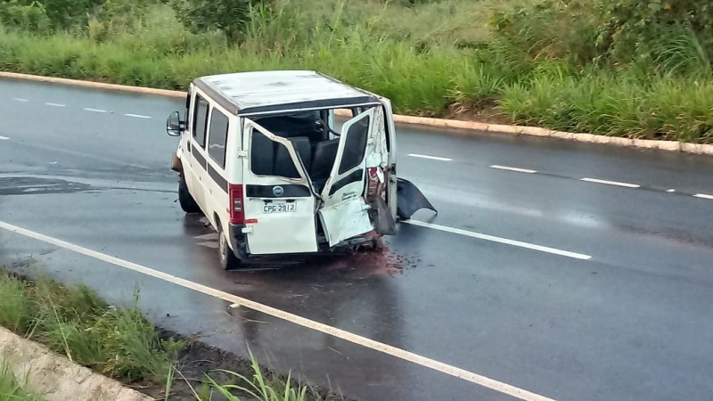 Motorista da van perdeu o controle do veículo na BR-101