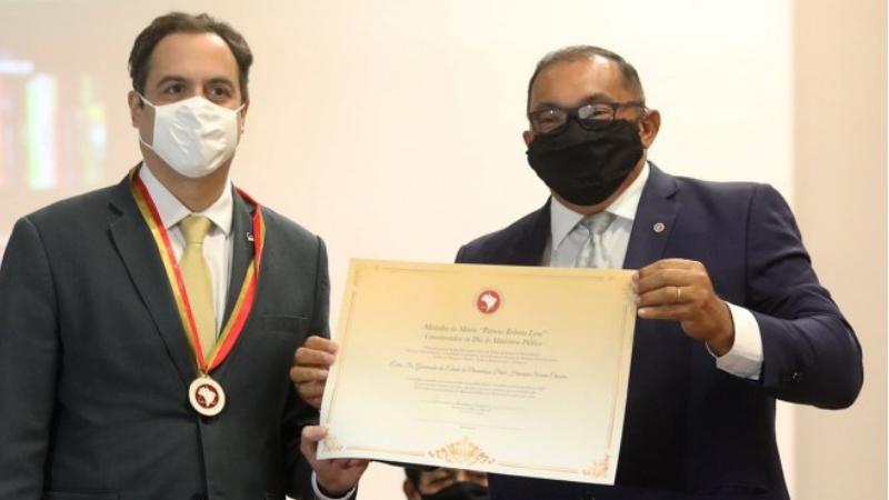 Medalha Comemorativa do Dia do Ministério Público de Pernambuco – Patrono Roberto Lyra foi entregue, nesta segunda-feiraao governador