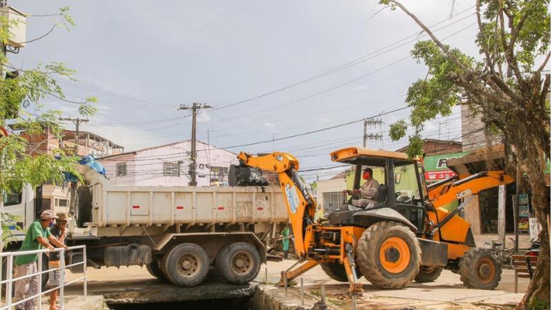 A operação Inverno na cidade vem sendo realizada desde o mês de janeiro com mutirões de limpeza de canais e desobstrução de canaletas em todo o município.