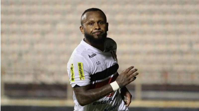 Chiquinho foi o herói que marcou os dois gols do Tricolor do Arruda, que chega aos 4 pontos e permanece vivo na briga pelo acesso.