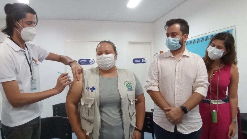 Primeira noronhense vacinada, nesta terça-feira, foi a coordenadora de vigilância sanitária Dandara Matias Guedes